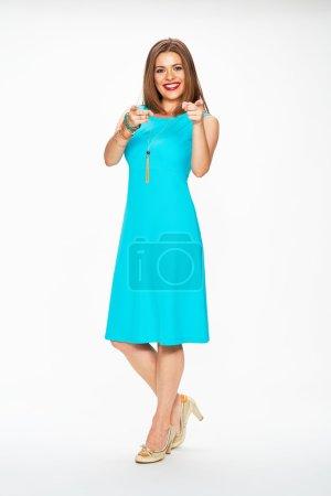 Photo pour Femme mannequin de mode en robe de cocktail bleue vous montrant du doigt. Isolé sur fond blanc . - image libre de droit