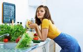 Frau Essen in der Küche beim Kochen Zeit