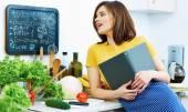 Schöne Frau Porträt in Küche
