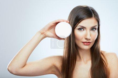 Photo pour Belle fille avec visage, crème pour le corps. Studio portrait isolé . - image libre de droit