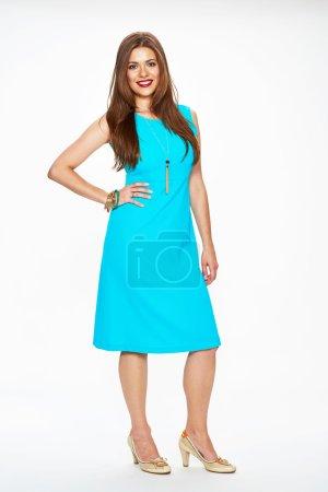 Photo pour Femme mannequin de mode en robe de cocktail bleue. Isolé sur fond blanc . - image libre de droit