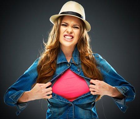 Photo pour Femme déchirant des vêtements sur la poitrine, espace de copie pour signe publicitaire . - image libre de droit