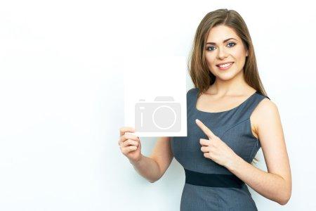 Photo pour Emotional Businesswoman tient papier blanc blanc - image libre de droit