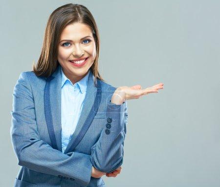 Photo pour Femme d'affaires présentant l'espace de copie isolé sur fond gris - image libre de droit