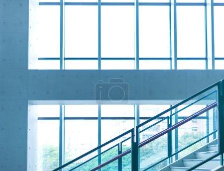 Photo pour Immeuble de bureaux avec baies vitrées et soleil - image libre de droit