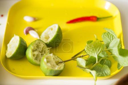 Photo pour Éléments frais citron, chili, ail et menthe pour préparer la vinaigrette dans la cuisine . - image libre de droit