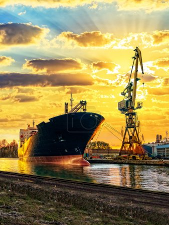 Photo pour Navire cargo et le port au coucher du soleil . - image libre de droit