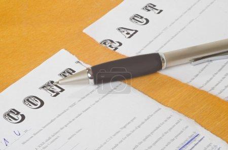Photo pour Contrat rompu avec un stylo se trouvant sur une surface en bois - image libre de droit