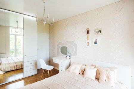 Photo pour Design intérieur : Grande chambre moderne . - image libre de droit