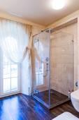 Krásná velká koupelna v luxusní dům