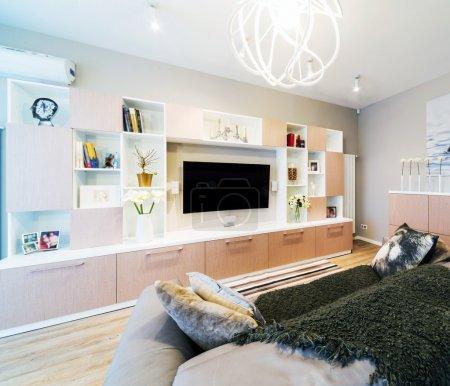 Photo pour Un grand salon Modern avec Tv - image libre de droit