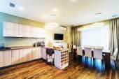 Interiér jídelna s kuchyní součástí luxusního bytu