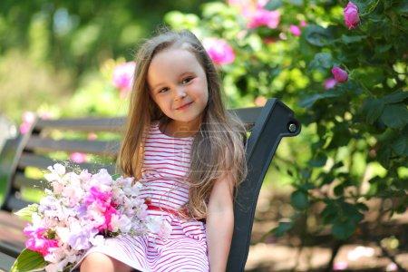 Photo pour Fille heureuse marche dans le parc - image libre de droit