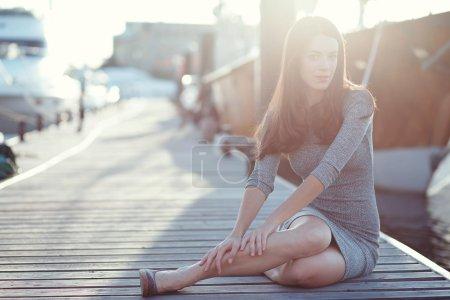 Photo pour Belle jeune femme relaxante en plein air - image libre de droit