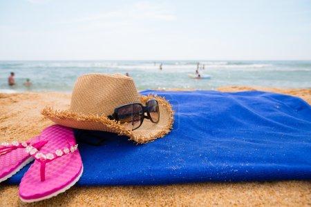 Photo pour Accessoires de plage sur une plage de mer en journée d'été - image libre de droit