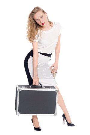 Photo pour Jeune femme fatiguée porte une valise lourde - image libre de droit