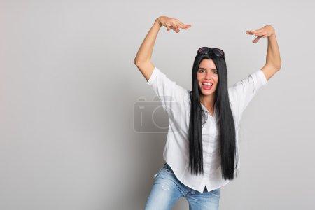 Photo pour Une jeune femme expressive a sauté sur quelque chose. Une déclaration humoristique. Fille de vingt-six ans . - image libre de droit
