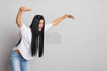 Photo pour Une jeune femme expressive a sauté sur quelque chose. Une déclaration humoristique. Une jeune femme de vingt-six ans . - image libre de droit