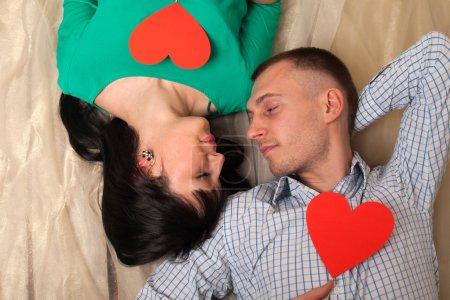 Foto de Pareja de hombre y mujer con forma de corazón rojo. Amor en el día de San Valentín. - Imagen libre de derechos