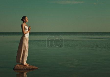 femme méditant dans une pose de yoga