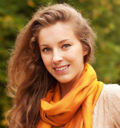 Photo pour Portrait de la belle femme souriante charmante parc automne - image libre de droit