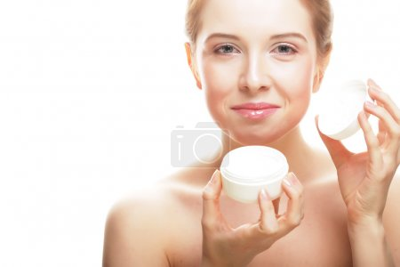 Photo pour Belle fille spa tenant pot de crème isolé sur fond blanc - image libre de droit