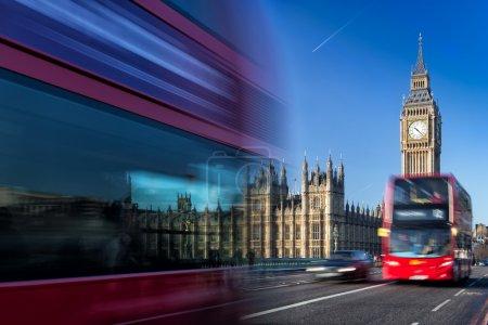 Photo pour La Tour de l'Horloge, nommée en hommage à la Reine Elizabeth, plus connue sous le nom de Big Ben et des bus rouges emblématiques . - image libre de droit