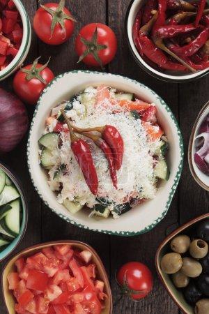 Foto de Ensalada de shopska con queso, tomate, cucumner, cebolla y chiles - Imagen libre de derechos