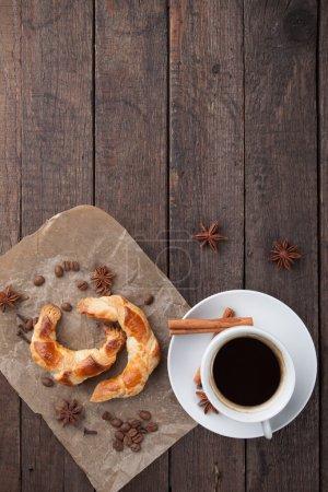 Photo pour Croissants faits maison avec tasse de café noir ou expresso - image libre de droit