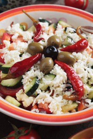 Foto de Ensalada de shopska con queso, pimientos, aceitunas, pepino, tomate y cebolla - Imagen libre de derechos