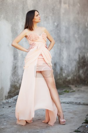 Photo pour Belle fille de brunette dans la robe de mariage de mode - image libre de droit