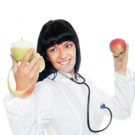 Photo pour Un médecin nutritionniste tenant deux pommes - image libre de droit