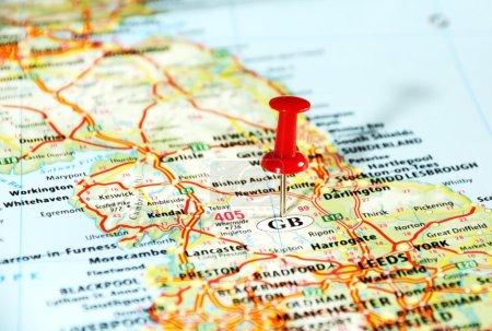 Photo pour Gros plan de la carte du Royaume-Uni avec goupille rouge - Parcourez concept - image libre de droit