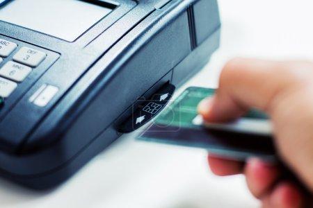 Photo pour Paiement avec carte de crédit en payant des TPV. - image libre de droit