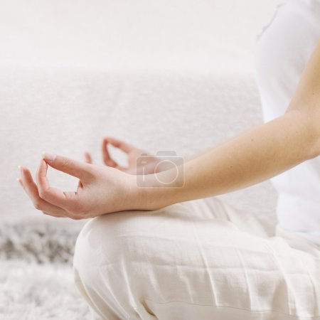 Photo pour Yoga Femme Méditant Détente à la maison.Gros plan de la main féminine méconnaissable en posture de lotus. Mode de vie sain . - image libre de droit