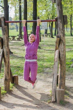 Photo pour Fit Woman Pratiquer, faire des exercices d'étirement en plein air, belle femme sportive, mode de vie sain - image libre de droit