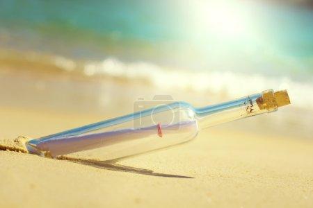 Photo pour Message en bouteille, à la plage de sable - image libre de droit