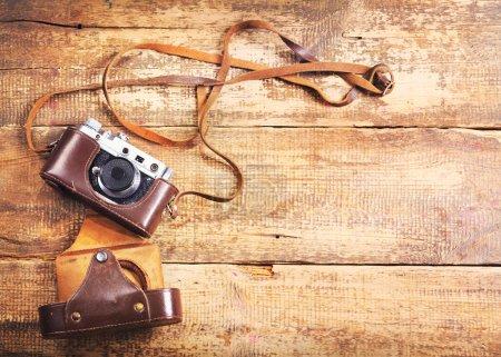 Photo pour Vieil appareil photo rétro sur fond en bois - image libre de droit