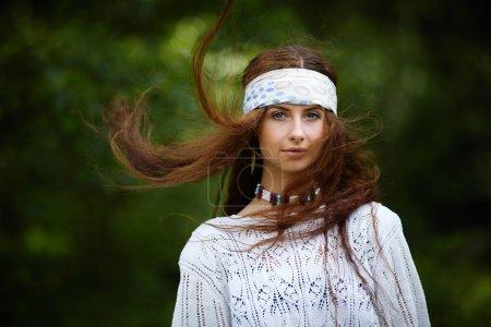 Photo pour Belle fille hippie aux cheveux longs. Style de mode Boho - image libre de droit