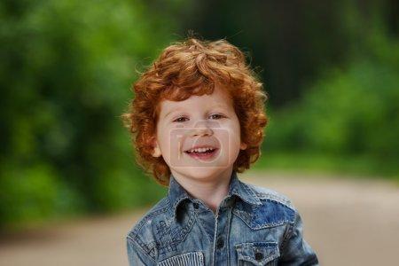 Foto de Foto de lindo emocional niño al aire libre - Imagen libre de derechos