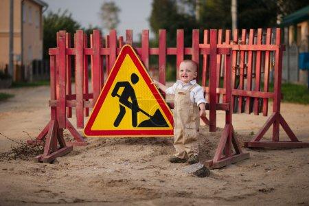 Photo pour Photo du petit garçon sur la route réparée - image libre de droit