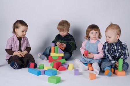 Photo pour Photo d'enfants heureux jouant avec des cubes - image libre de droit