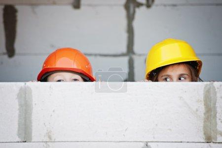 Photo pour Jeune garçon et fille jouer sur le site de construction - image libre de droit