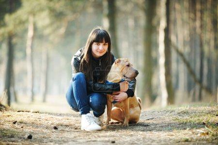 Photo pour Jeune fille avec chien dans le parc - image libre de droit