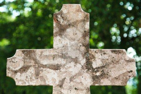 Photo pour Vieille croix de pierre tombale en pierre sur le cimetière avec beaucoup d'espace de copie pour les concepteurs - image libre de droit