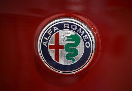 Альфа Ромео металлический логотип крупным планом