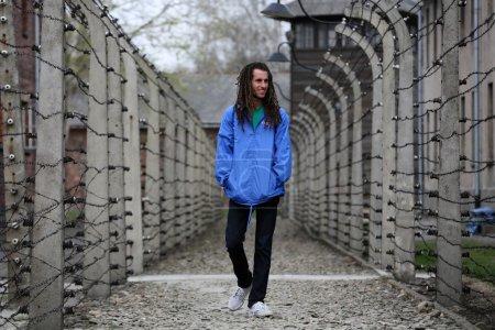 Photo pour OSWIECIM, POLOGNE - 16 AVRIL 2015 : la prochaine génération de personnes du monde entier se réunit à Auschwitz Birkenau.Pologne - image libre de droit