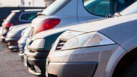Photo pour Parking voitures sous le soleil magnifique - image libre de droit