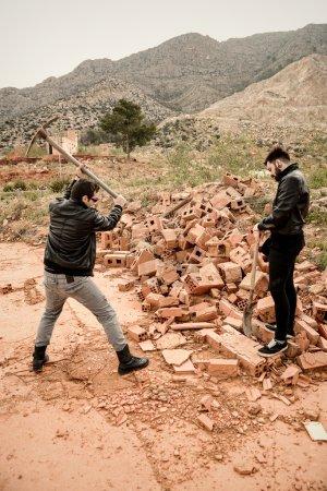 Photo pour Le gars qui travaille dur avec un spectateur qui ne fait rien, un concept - image libre de droit