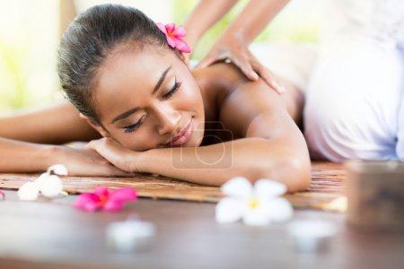 Photo pour Belle femme ayant bali massage extérieur dans la nature - image libre de droit